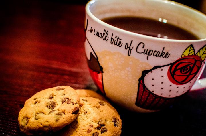 taza de café con cookies de chocolate